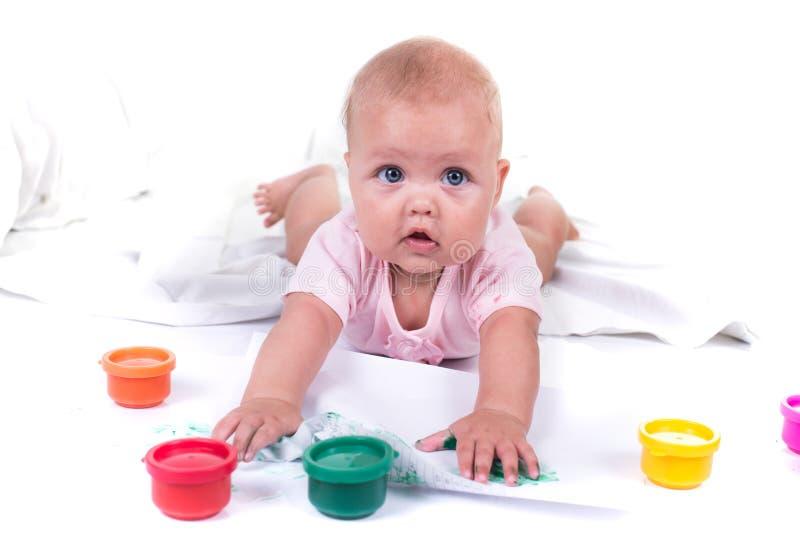 Mãos pintadas coloridas em uma moça bonita Isolado no fundo branco foto de stock royalty free