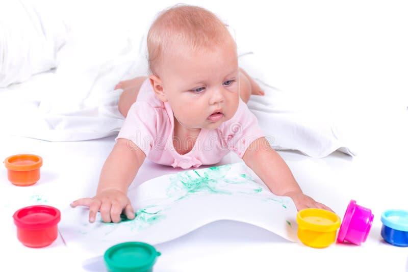 Mãos pintadas coloridas em uma moça bonita Isolado no fundo branco imagens de stock royalty free