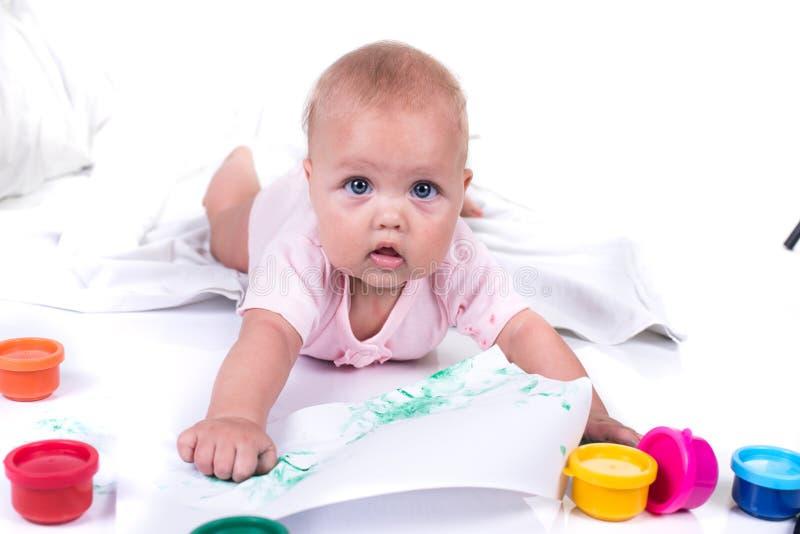 Mãos pintadas coloridas em uma moça bonita Isolado no fundo branco fotografia de stock