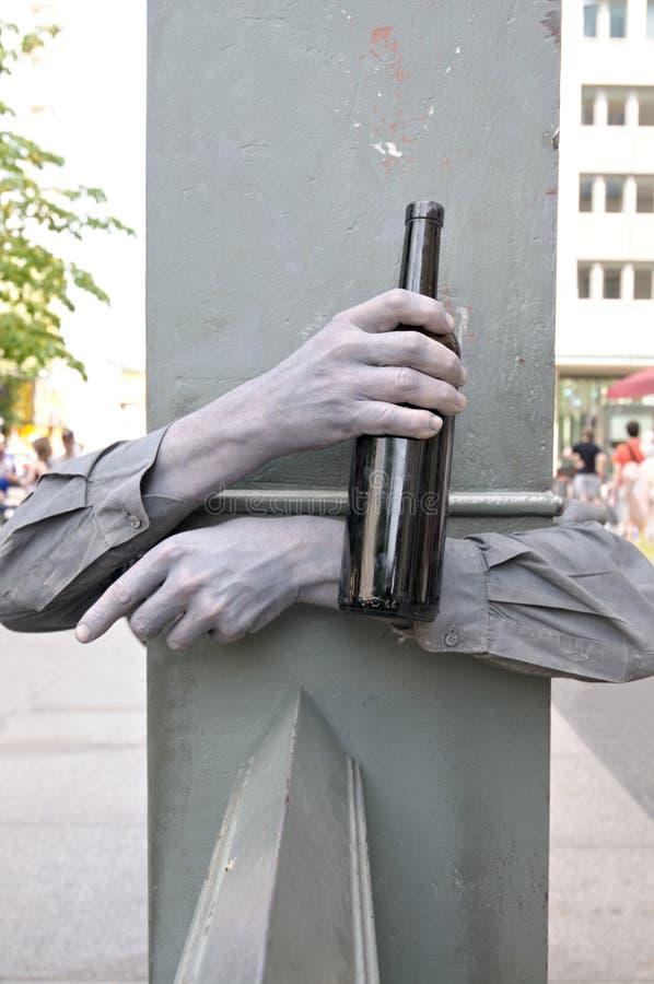 Mãos pintadas com vinho fotos de stock