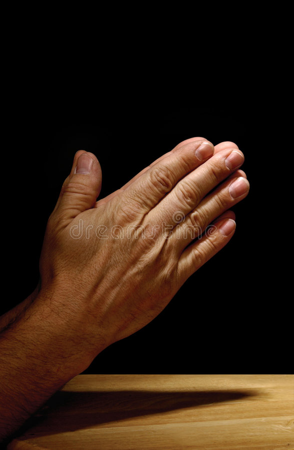 Mãos Praying no fundo escuro foto de stock royalty free