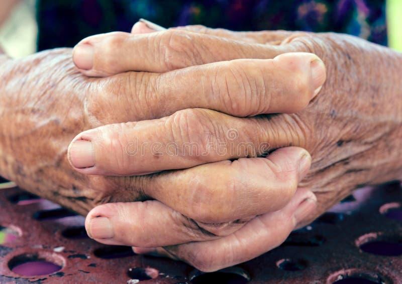 Mãos praying velhas fotos de stock royalty free