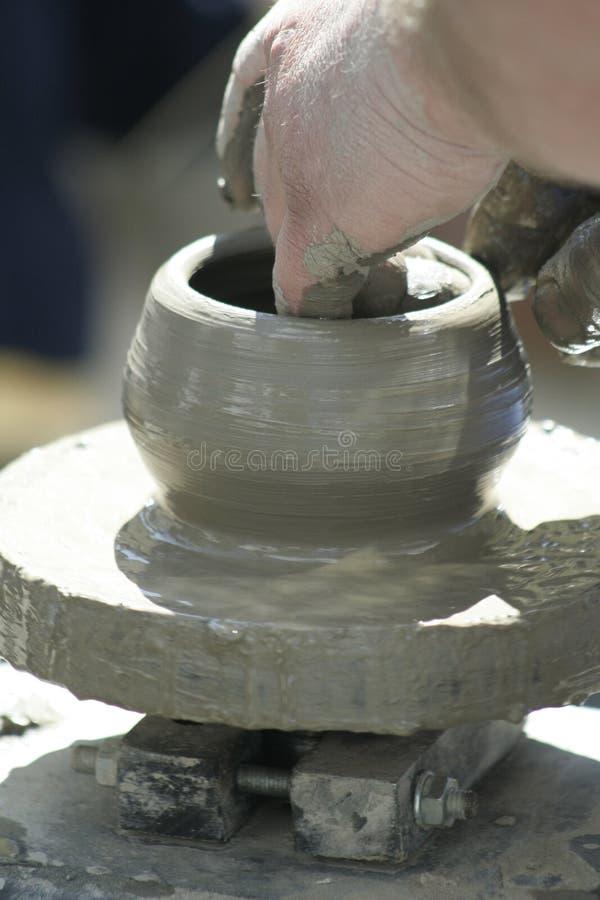 Mãos que dão forma à cerâmica foto de stock