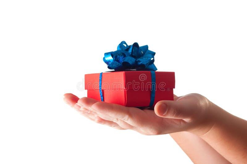 Mãos que dão um presente imagens de stock