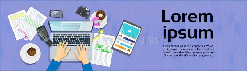 Mãos que datilografam no laptop, na vista superior na mesa com tabuleta de Digitas e no conceito do local de trabalho do telefone ilustração do vetor