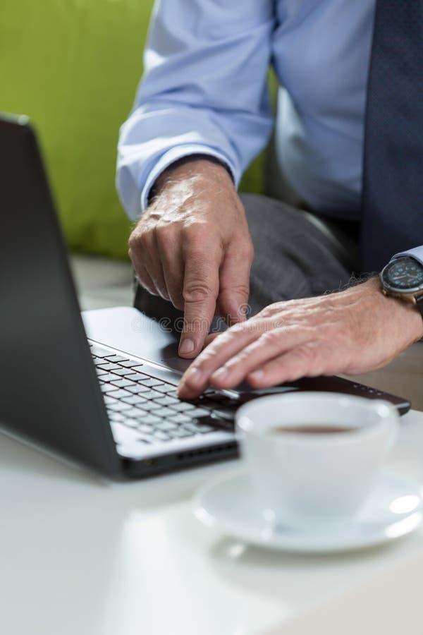 Mãos que datilografam no teclado imagens de stock royalty free
