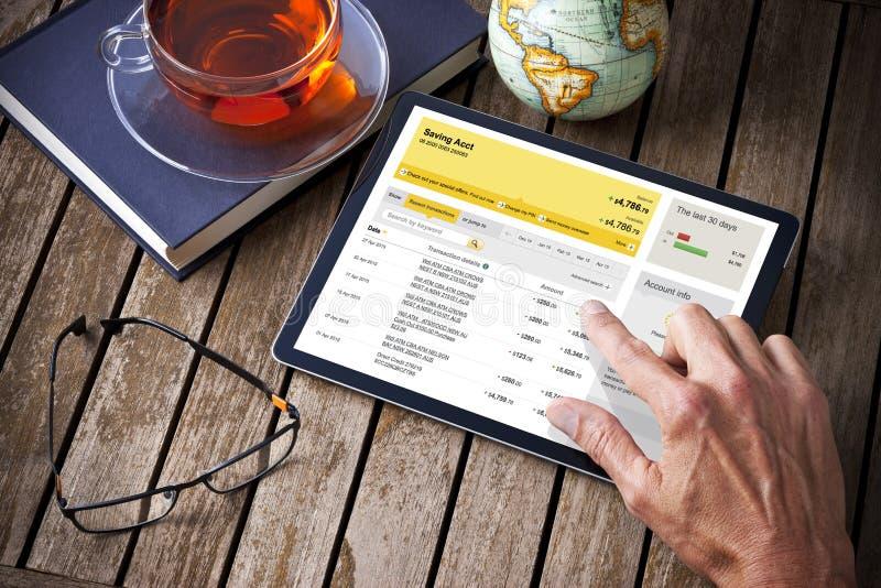 Mãos que depositam o tablet pc fotos de stock