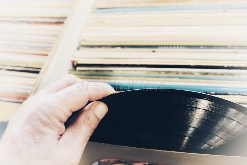 Mãos que escolhem registros de vinil fotografia de stock