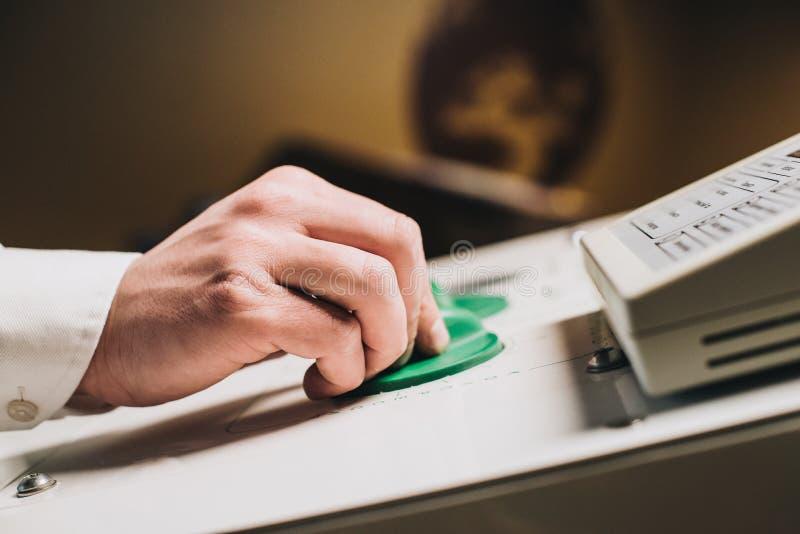 Mãos que estabelecem o equipamento médico imagem de stock