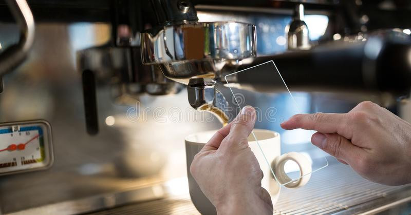 Mãos que fotografam a máquina do café através do dispositivo transparente imagem de stock royalty free