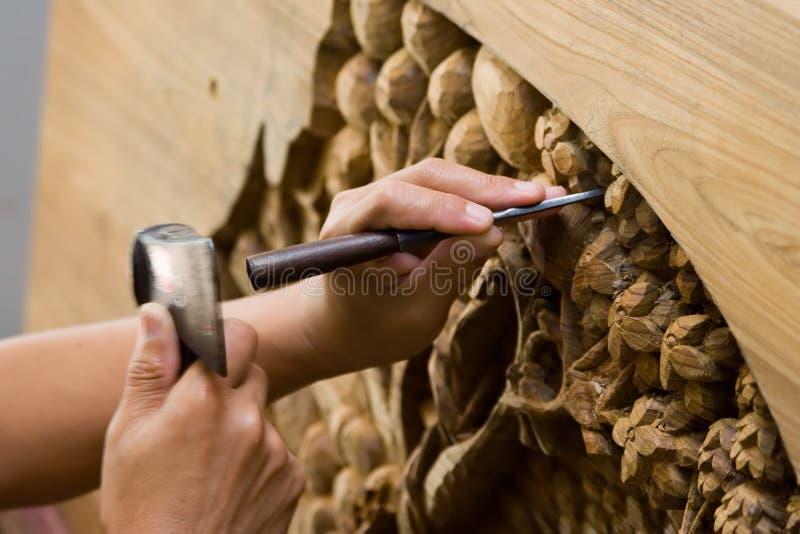Mãos que gravam a madeira imagem de stock royalty free