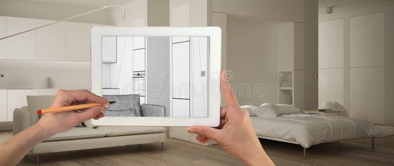Mãos que guardam e que tiram na tabuleta que mostra o espaço aberto branco escandinavo com esboço de madeira do CAD dos detalhes  ilustração royalty free