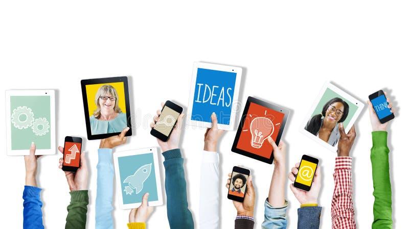 Mãos que guardam imagens e símbolos dos dispositivos de Digitas foto de stock
