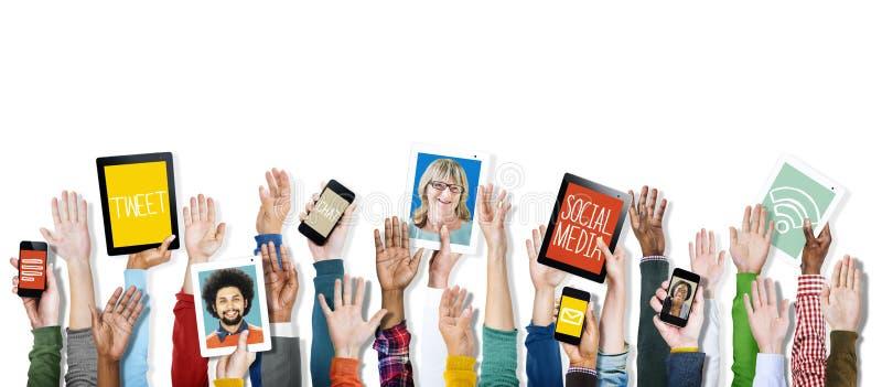 Mãos que guardam meios do Social dos dispositivos de Digitas imagem de stock