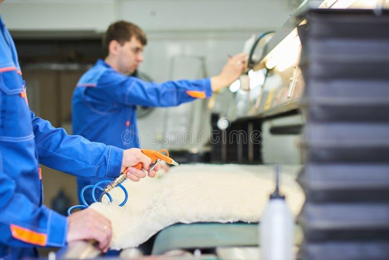 Mãos que guardam o compressor para fundir o ar fotos de stock