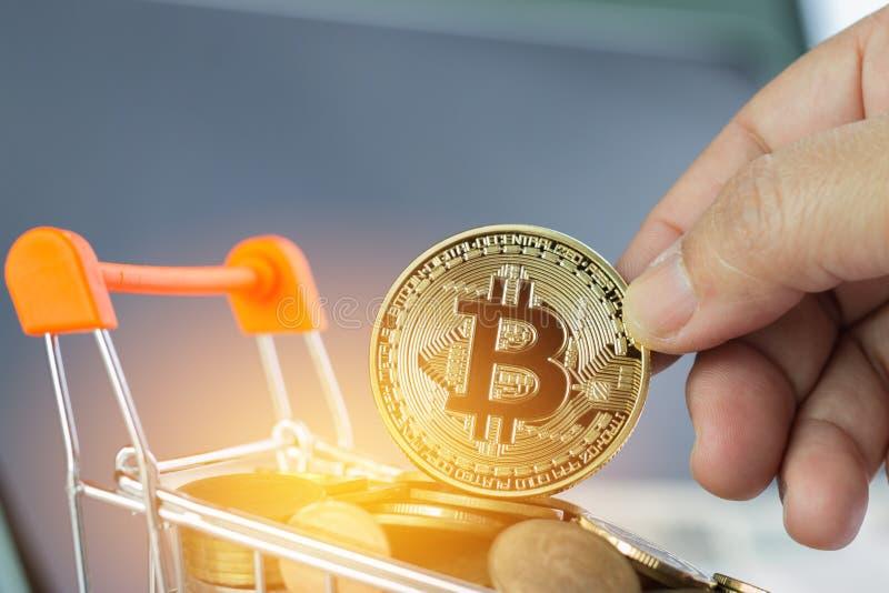 Mãos que guardam o dinheiro virtual de Bitcoin Digital nas moedas Ca de compra fotos de stock royalty free