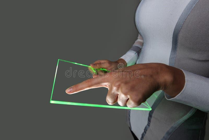 Mãos que guardam o PC transparente futurista vazio da tabuleta fotos de stock