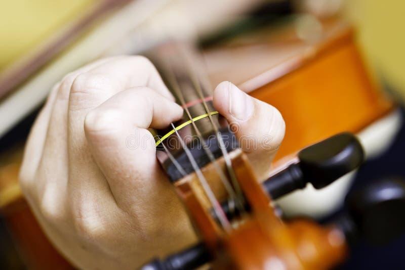 Mãos que guardam o violino imagens de stock royalty free