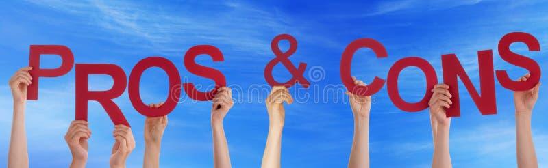 Mãos que guardam profissionais vermelhos da palavra - e - céu azul do contra fotos de stock royalty free