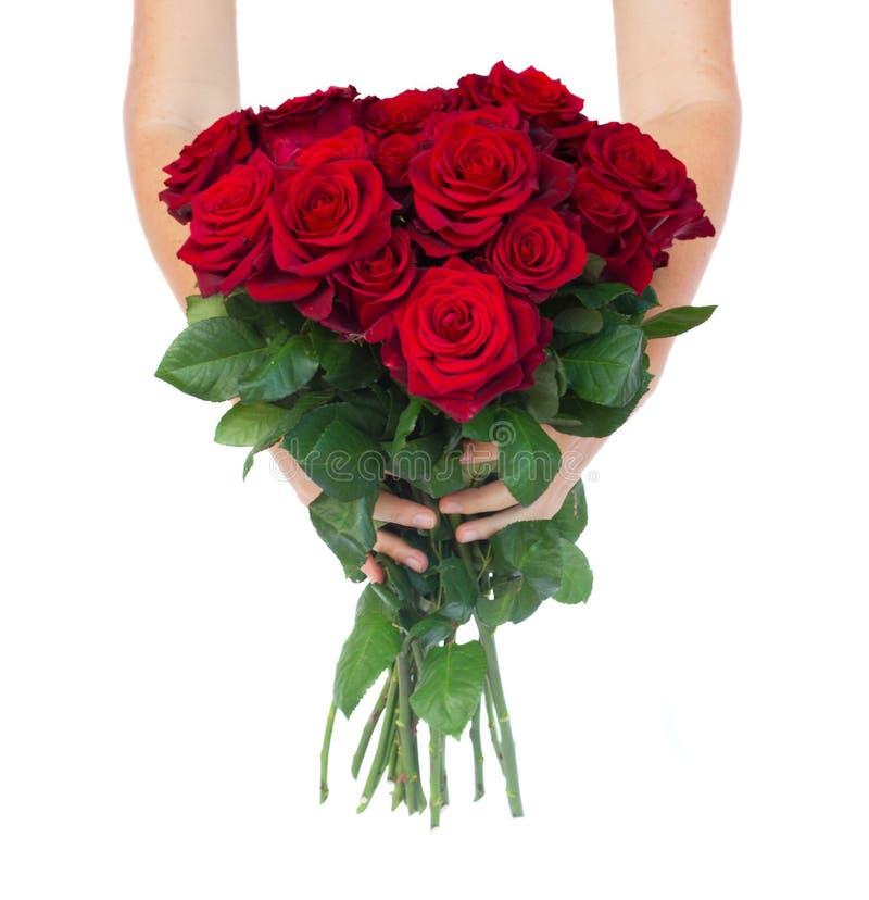 Mãos que guardam rosas foto de stock royalty free