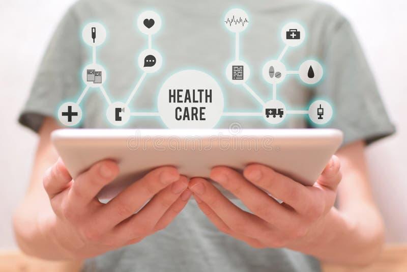 Mãos que guardam a tabuleta com relação médica imagens de stock royalty free