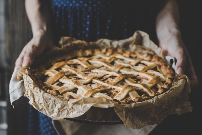 Mãos que guardam a torta de maçã deliciosa caseiro Fim acima imagens de stock