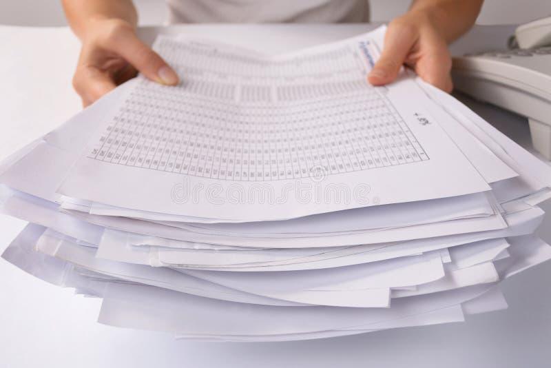 Mãos que guardaram um grupo de documento fraco imagens de stock