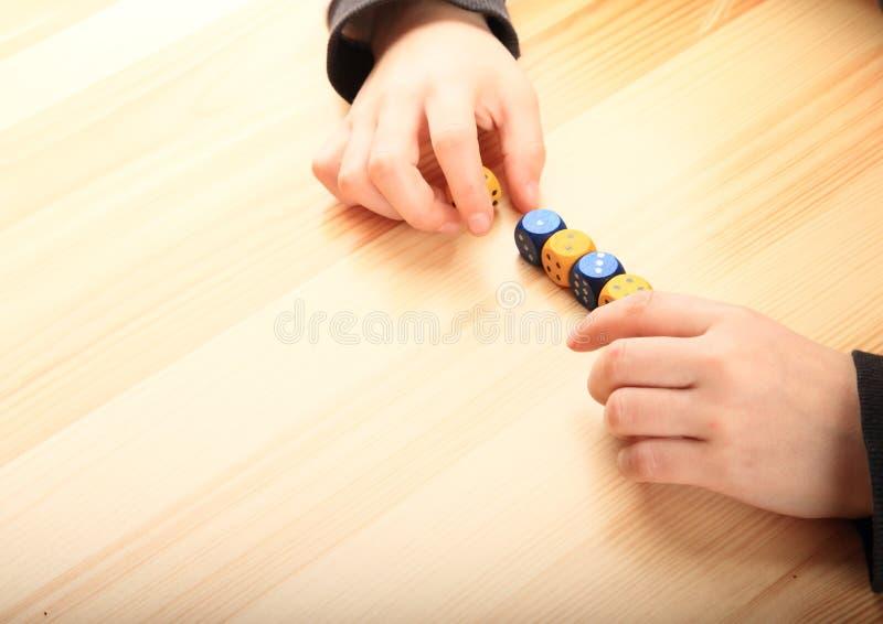 Mãos que jogam com dados fotografia de stock royalty free