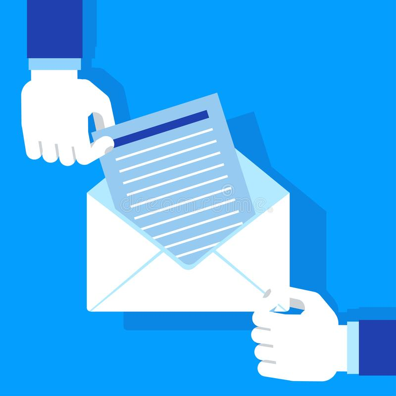 Mãos que mantêm o envelope azul ilustração do vetor
