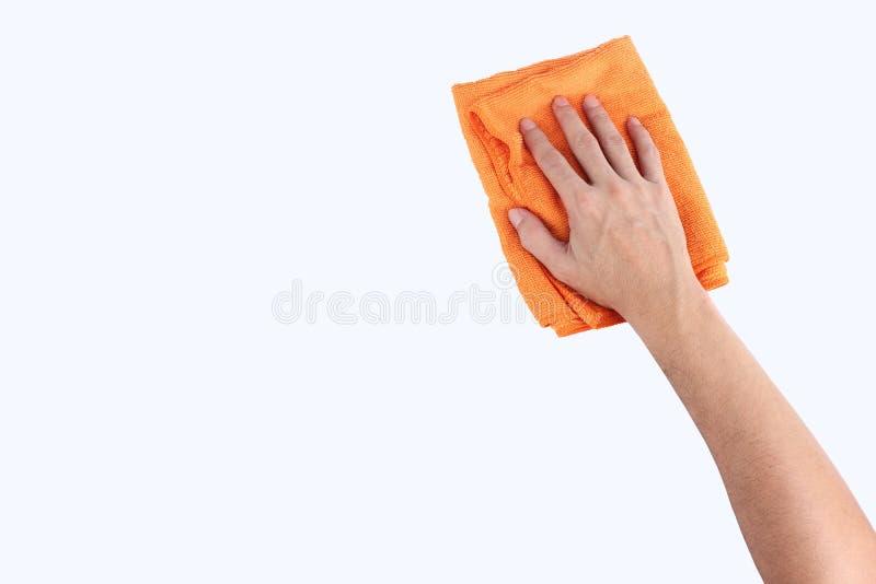 Mãos que mantêm o pano do microfiber de pano da limpeza isolado nos vagabundos brancos imagem de stock