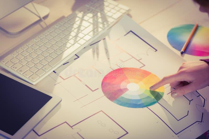 Mãos que mostram o relógio da cor ao lado dos planos fotos de stock
