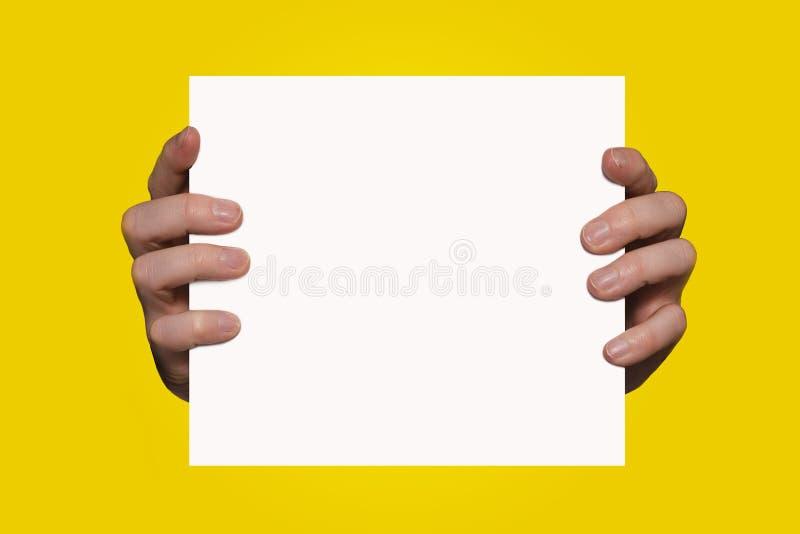 Mãos que prendem o sinal fotos de stock