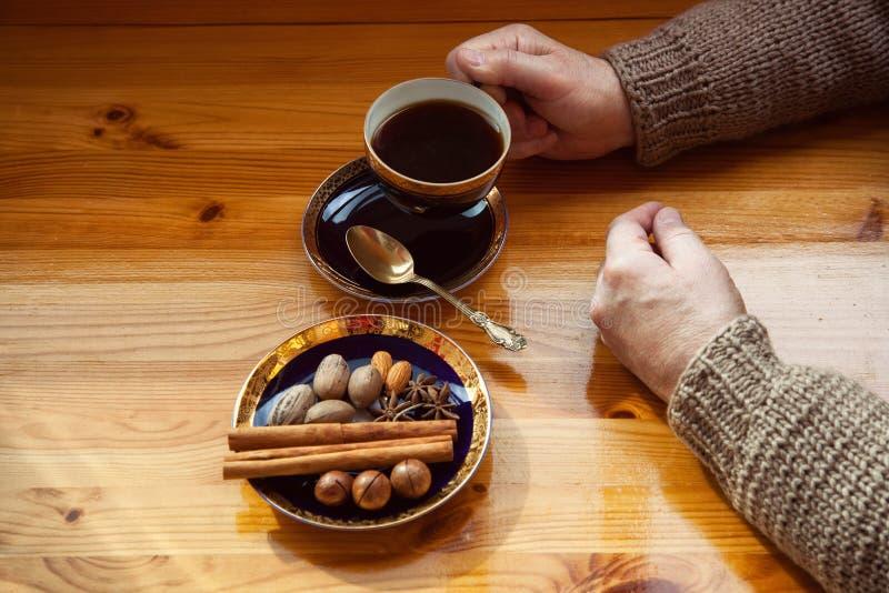 Mãos que prendem uma chávena de café imagem de stock royalty free
