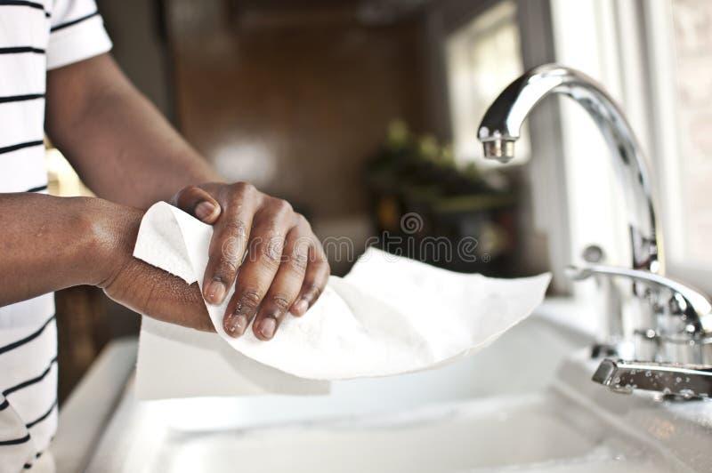 Mãos que secam no pano de papel fotografia de stock