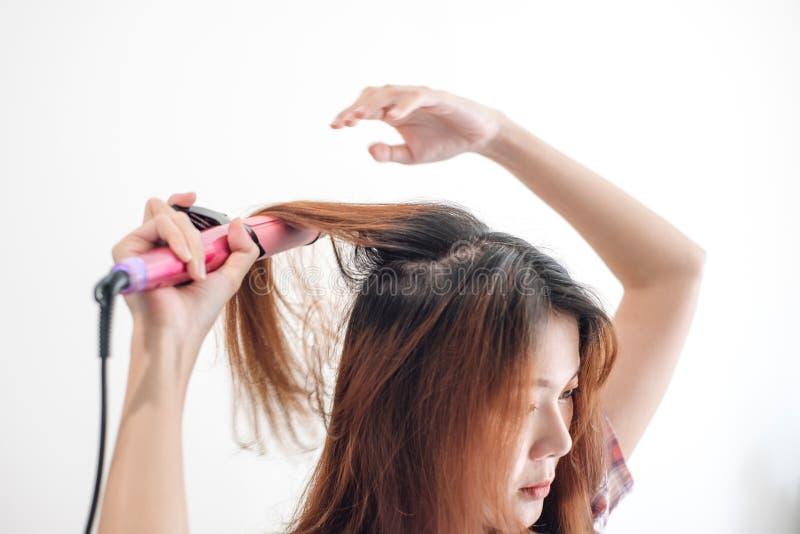 Mãos que secam o cabelo da mulher com equipamento fotos de stock royalty free