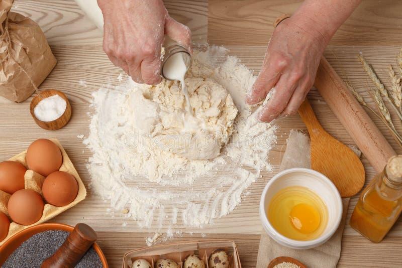 Mãos que trabalham com pão, pizza ou torta da receita da preparação da massa foto de stock royalty free