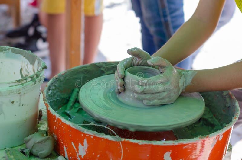 Mãos que trabalham na cerâmica fotografia de stock royalty free