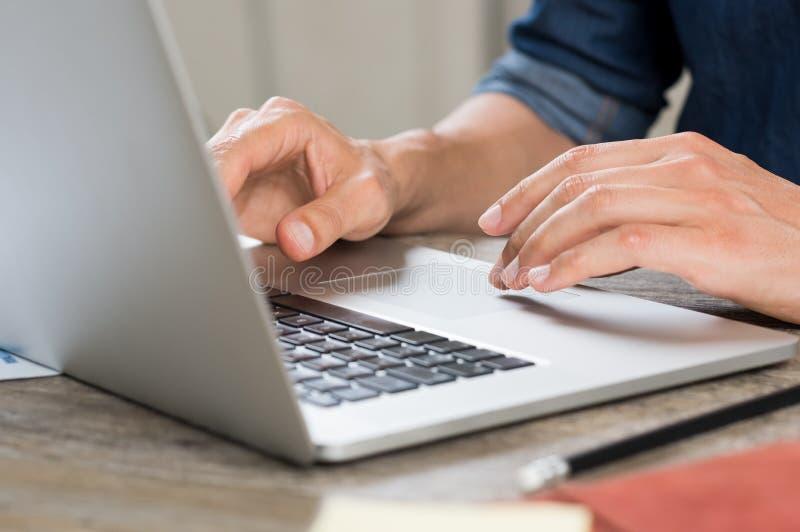 Mãos que trabalham no portátil imagens de stock royalty free