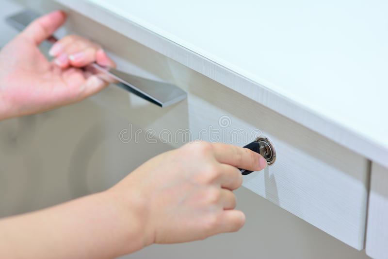Mãos que travam e que verificam a gaveta imagens de stock