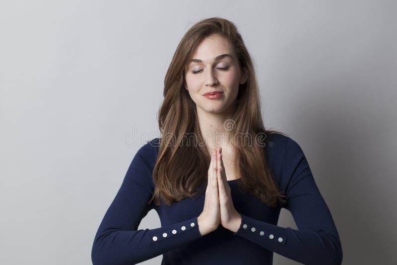 Mãos reconfortantes para meditar no trabalho imagem de stock