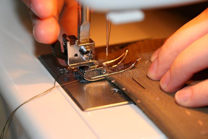 Mãos Sewing fotografia de stock royalty free