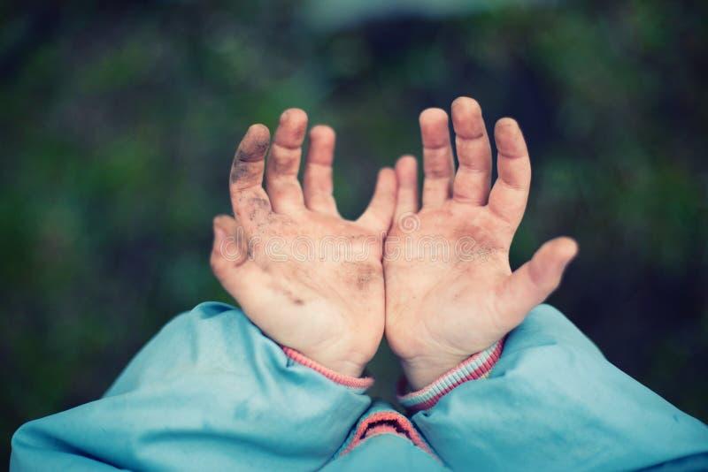 Mãos sujas fotografia de stock royalty free