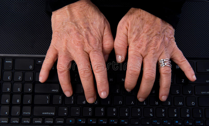 Mãos superiores da mulher no teclado de computador imagens de stock royalty free