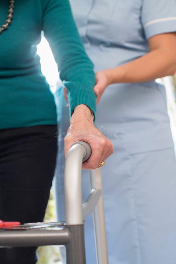 Mãos superiores do ` s da mulher no trabalhador de passeio do quadro com cuidado em Backgr fotos de stock royalty free