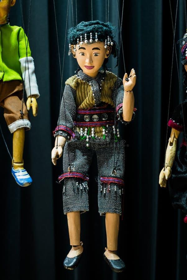 Mãos tribais de ondulação da menina que penduram com uma corda em uma cena preta foto de stock royalty free