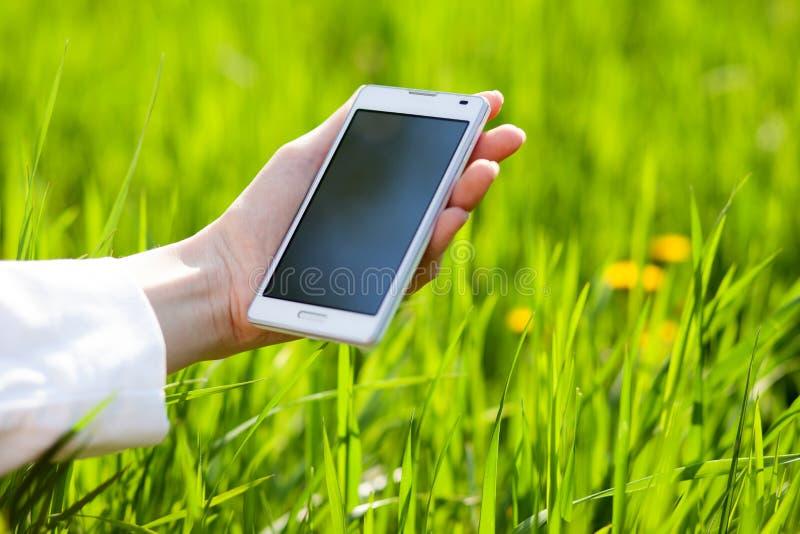 Mãos usando o smartphone foto de stock
