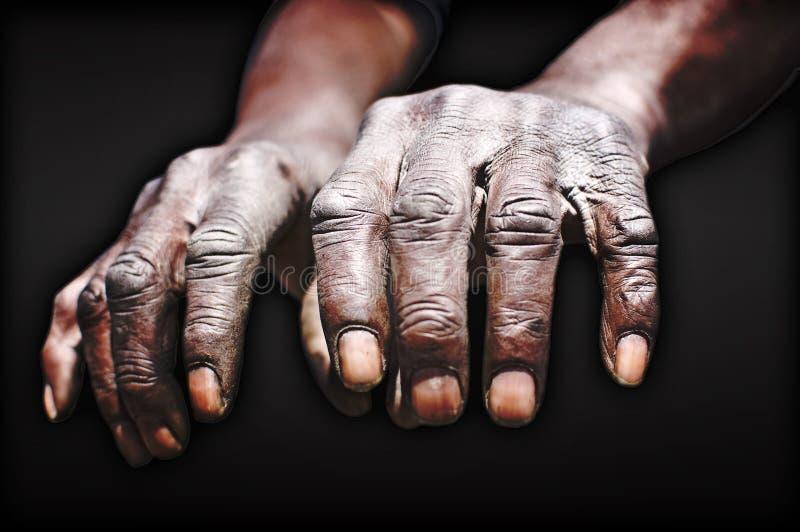 Mãos velhas do homem de funcionamento imagens de stock