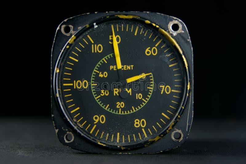 Mãos velhas do seletor do vintage do instrumento análogo do tacômetro fotografia de stock