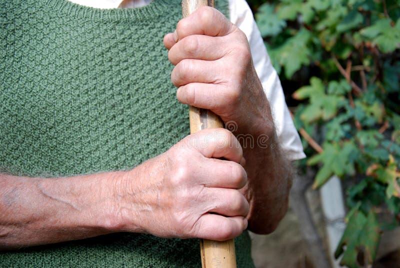 Mãos velhas do trabalhador fotos de stock
