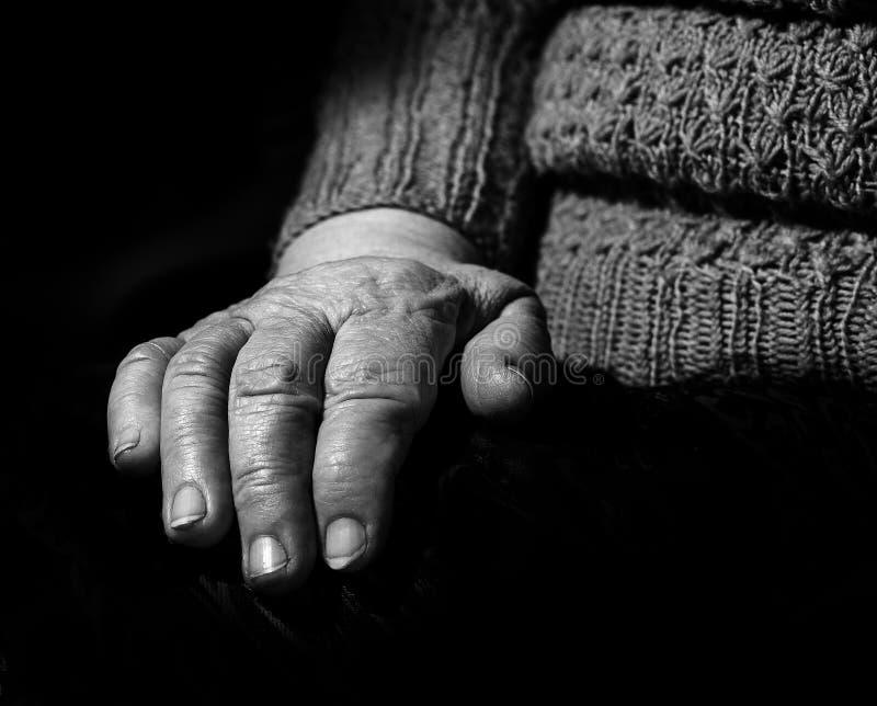 Mãos velhas, o close-up envelhecido da mulher, retrato, preto e branco imagens de stock
